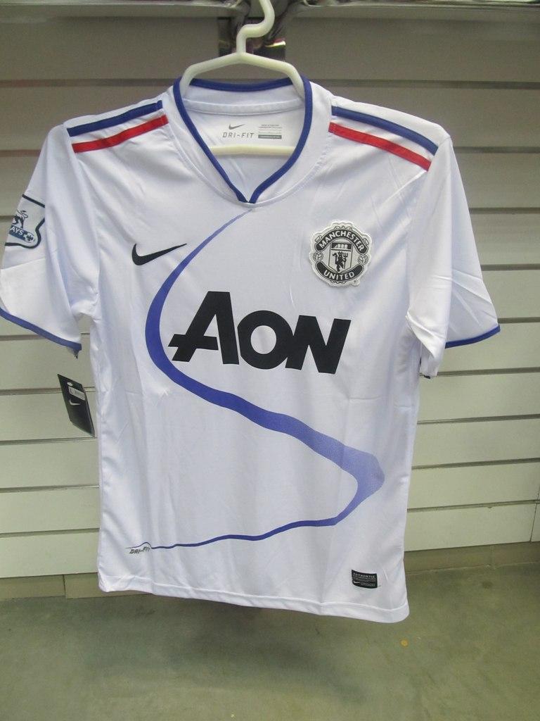 ... Майка игровая футбольного клуба Манчестер Юнайтед белая, фирма NIKE. Спортивная  одежда в Красноярске в 09dab598a08