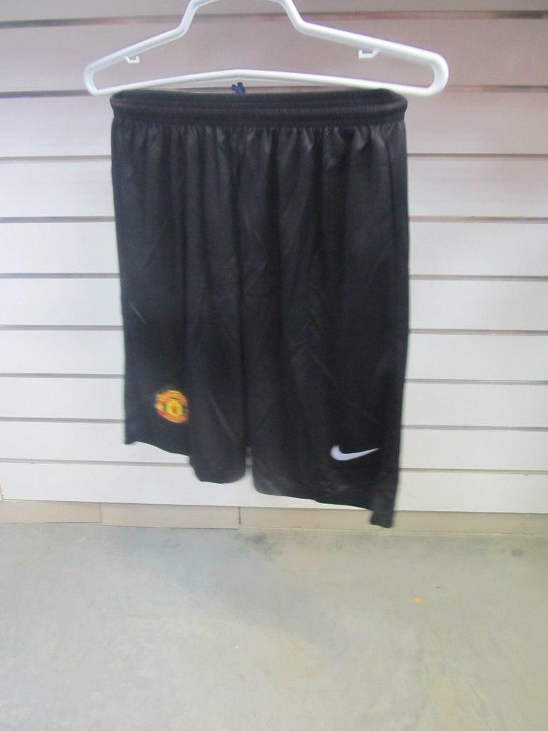 Шорты футбольного клуба Манчестер Юнайтед, спортивная фирма NIKE. Магазины  одежды для тренировок и соревнований ... 9e203e615df